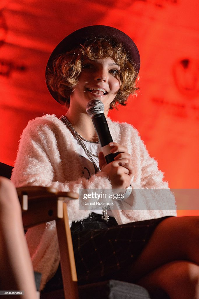 <a gi-track='captionPersonalityLinkClicked' href=/galleries/search?phrase=Camren+Bicondova&family=editorial&specificpeople=11324182 ng-click='$event.stopPropagation()'>Camren Bicondova</a> attends Wizard World Chicago Comic Con 2014 at Donald E. Stephens Convention Center on August 23, 2014 in Chicago, Illinois.