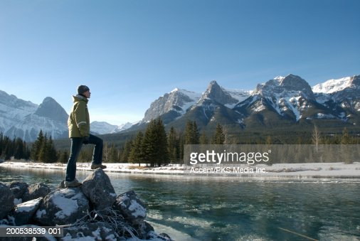 Canada, Alberta, Canmore, woman beside Bow River, side view : Foto de stock