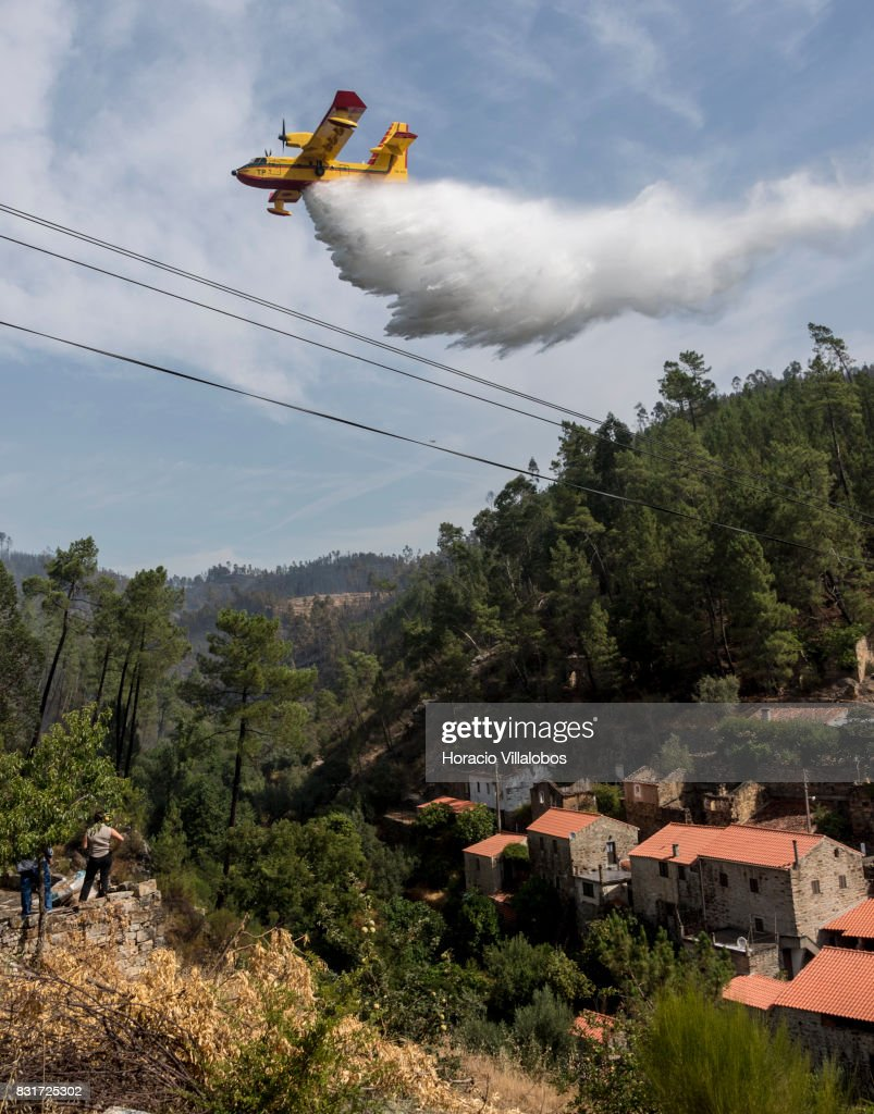 Feu au Portugal 2017 - CL-415 Canadair-cl215-firefighting-amphibious-aircraft-drops-water-over-the-picture-id831725302