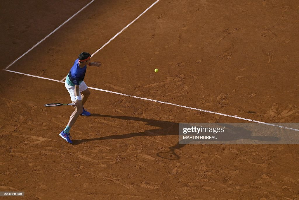 Canada's Milos Raonic returns the ball to France's Adrian Mannarino during their men's second round match at the Roland Garros 2016 French Tennis Open in Paris on May 25, 2016. / AFP / MARTIN