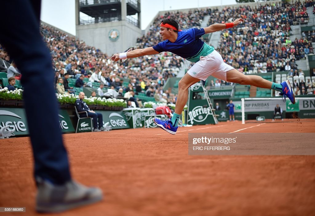 Canada's Milos Raonic returns the ball to Spain's Albert Ramos during their men's fourth round match at the Roland Garros 2016 French Tennis Open in Paris on May 29, 2016. / AFP / MIGUEL