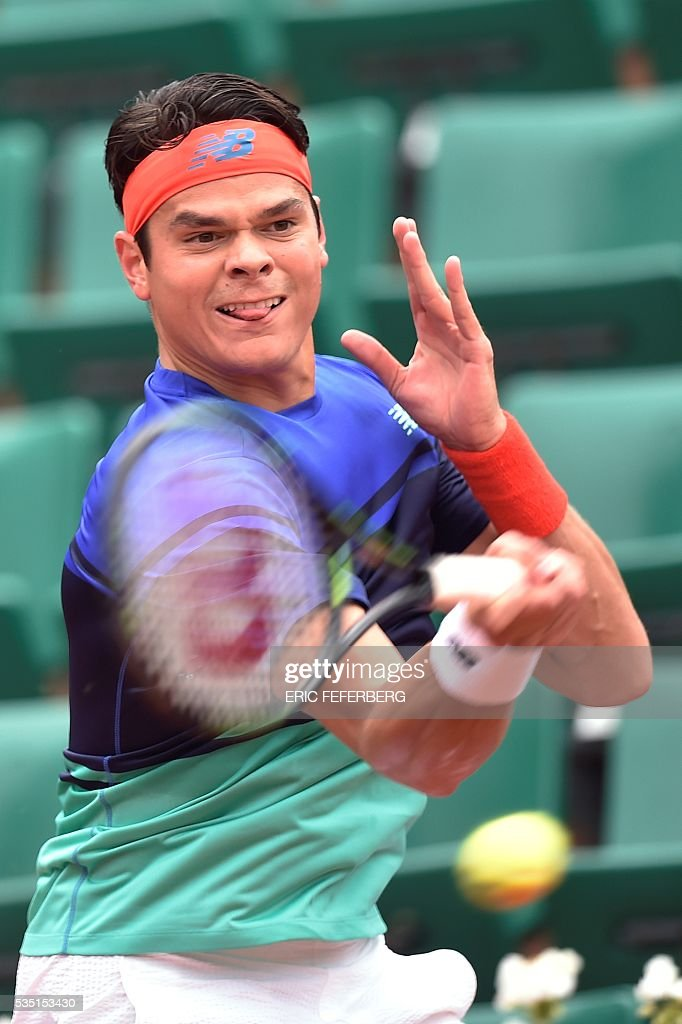 Canada's Milos Raonic returns the ball to Spain's Albert Ramos-Vinolas during their men's fourth round match at the Roland Garros 2016 French Tennis Open in Paris on May 29, 2016. / AFP / Eric FEFERBERG