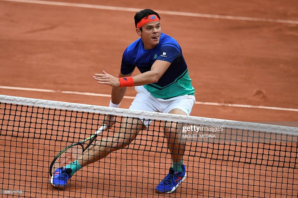 Canada's Milos Raonic returns the ball to Spain's Albert Ramos-Vinolas during their men's fourth round match at the Roland Garros 2016 French Tennis Open in Paris on May 29, 2016. / AFP / MIGUEL