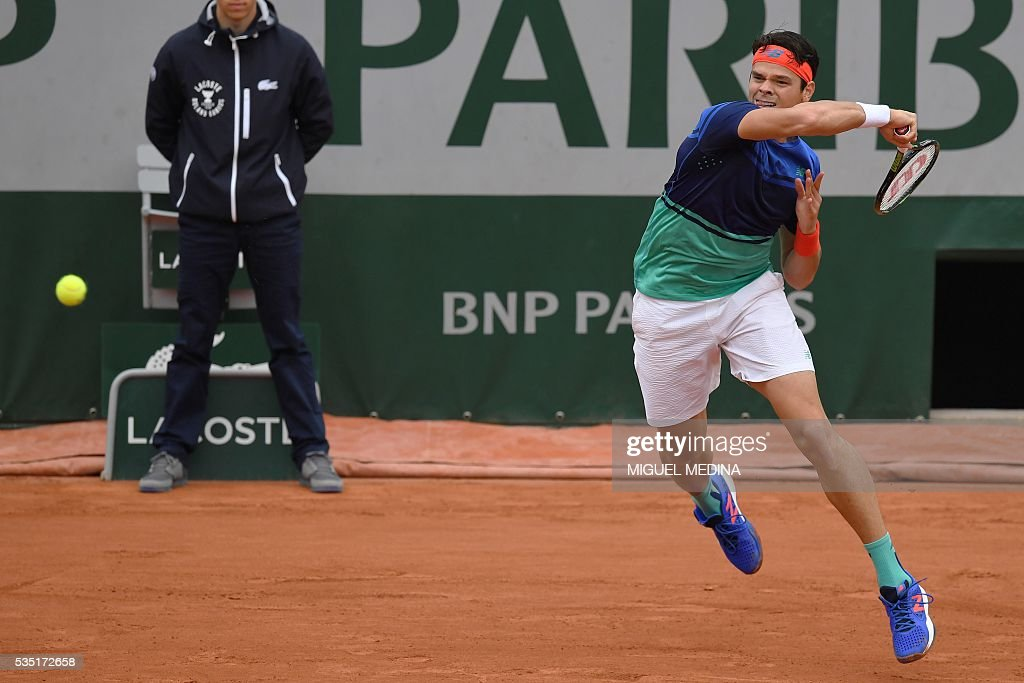 Canada's Milos Raonic returns the ball to Spain's Albert Ramos-Vinolas during the men's fourth round match at the Roland Garros 2016 French Tennis Open in Paris on May 29, 2016. / AFP / MIGUEL