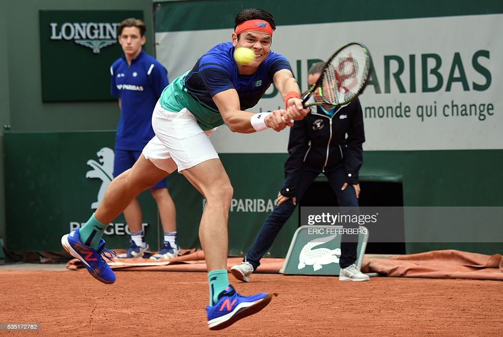 Canada's Milos Raonic returns the ball to Spain's Albert Ramos-Vinolas during the men's fourth round match at the Roland Garros 2016 French Tennis Open in Paris on May 29, 2016. / AFP / Eric FEFERBERG