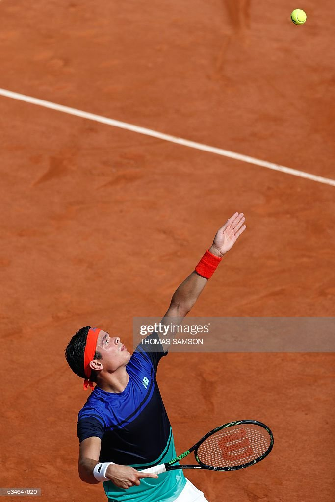 Canada's Milos Raonic serves the ball to Slovakia's Andrej Martin during their men's third round match at the Roland Garros 2016 French Tennis Open in Paris on May 27, 2016. / AFP / Thomas SAMSON