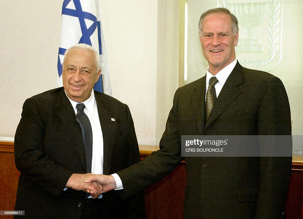 Canadian Foreign Minister Bill Graham (R) shakes hands with Israeli leader Ariel Sharon at his office in Jerusalem on May 26, 2002. Graham who earlier in the day visited Palestinian leader Yasser Arafat in the West bank town of Ramallah, said that he will urge Arafat to pursue political reform to make his Palestinian Authority more 'credible' in future peace negotiations with Israel.