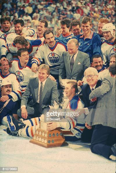 Canadian ice hockey player Wayne Gretzky poses on the ice with his team mates from the Edmonton Oilers following their victory over the Boston Bruins...