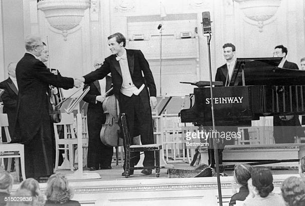 Canadian pianist Glenn Gould soloist at a symphony concert of the Leningrad Philharmonic turns to thank the orchestra after his performance The...