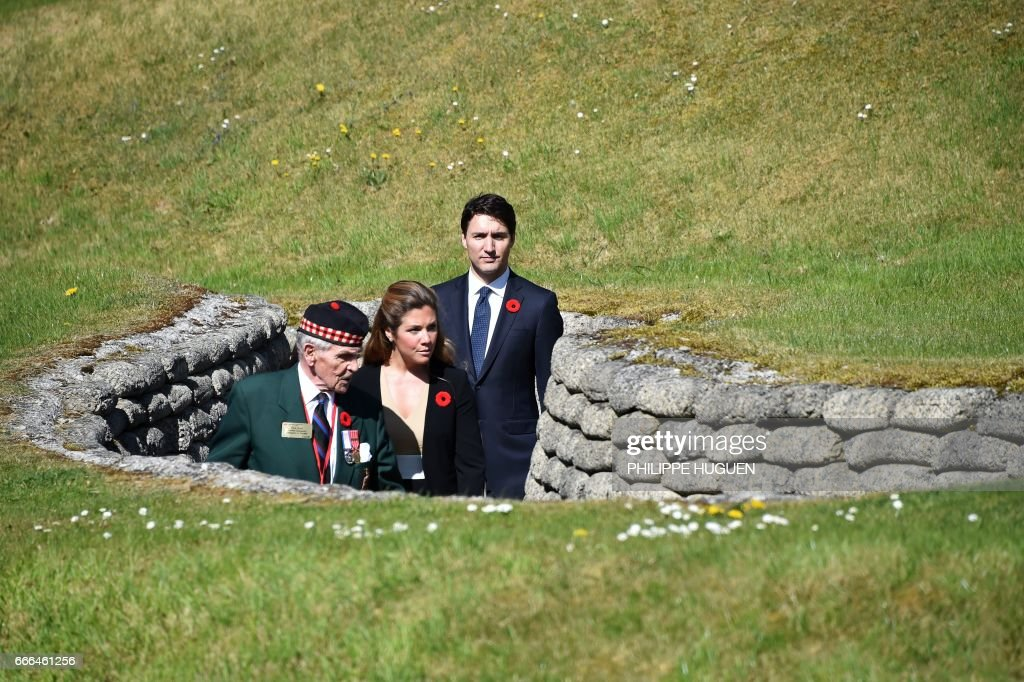 TOPSHOT - Canadian Prime Minister Justin Trudeau (R) and his wife Sophie Gregoire (C) visit the Canadian National Vimy Memorial in Vimy, near Arras, northern France, on April 9, 2017, during a commemoration ceremony to mark the 100th anniversary of the Battle of Vimy Ridge, a World War I battle which was a costly victory for Canada, but one that helped shape the former British colony's national identity. / AFP PHOTO / POOL / Philippe HUGUEN