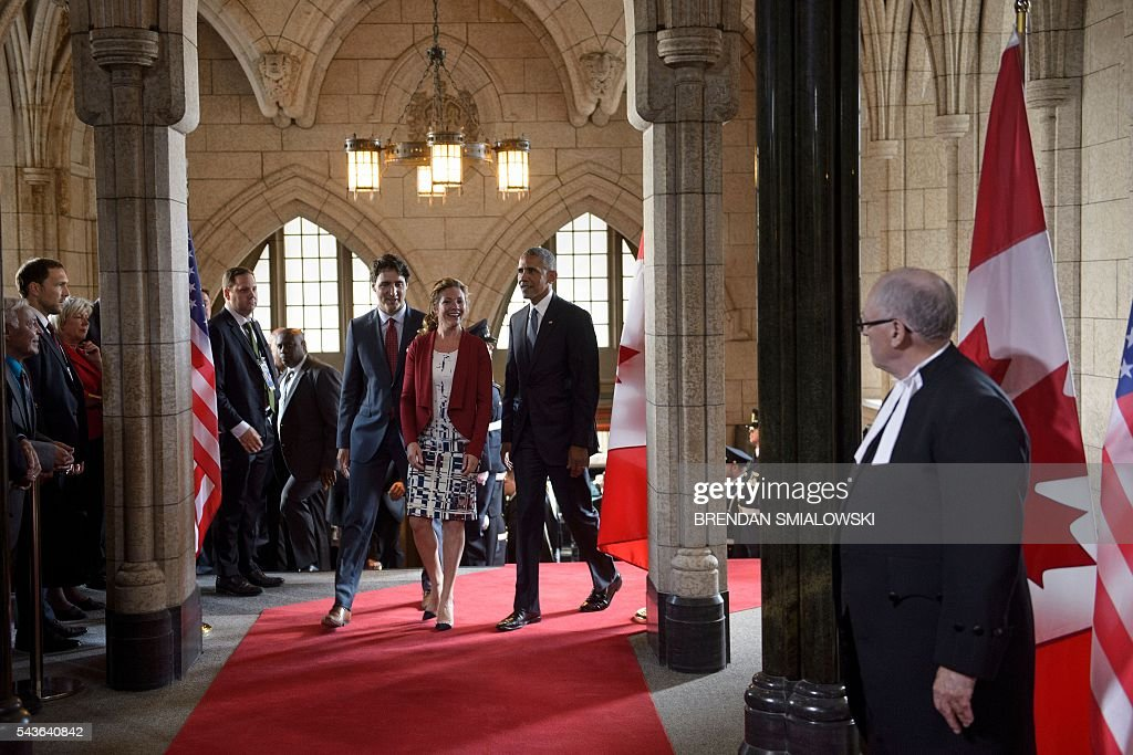 Canadian Prime Minister Justin Trudeau, his wife Sophie Gregoire Trudeau and US President Barack Obama arrive at Parliament Hill while attending the North American Leaders Summit on June 29, 2016 in Ottawa, Ontario. / AFP / Brendan Smialowski