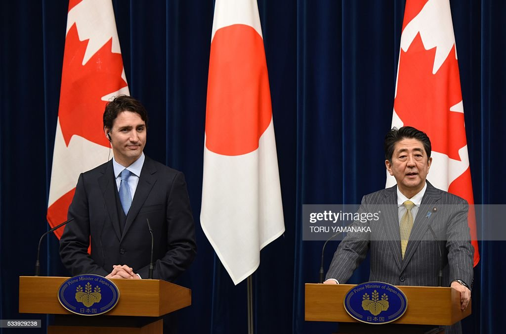Canadian Prime Minister Justin Trudeau (L) listens to his Japanese counterpart Shinzo Abe (R) ater their talks at Abe's official residence in Tokyo on May 24, 2016. Trudeau is here to attend the summit meeting of the Group of Seven in Ise-Shima, a place seen by many as Japan's spiritual home. / AFP / POOL / TORU