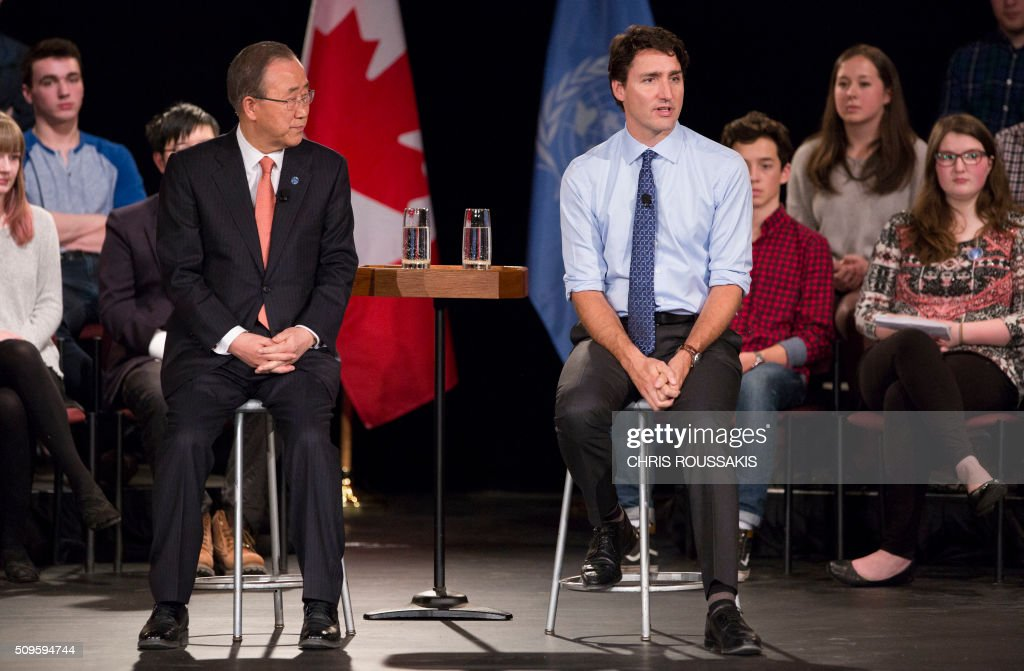 Canadian Prime Minister Justin Trudeau (R) participates in a student assembly with United Nations Secretary-General Ban Ki-moon at Glebe Collegiate Institute in Ottawa, Ontario on February 11, 2016. / AFP / (Chris Roussakis/AFP) / Chris Roussakis