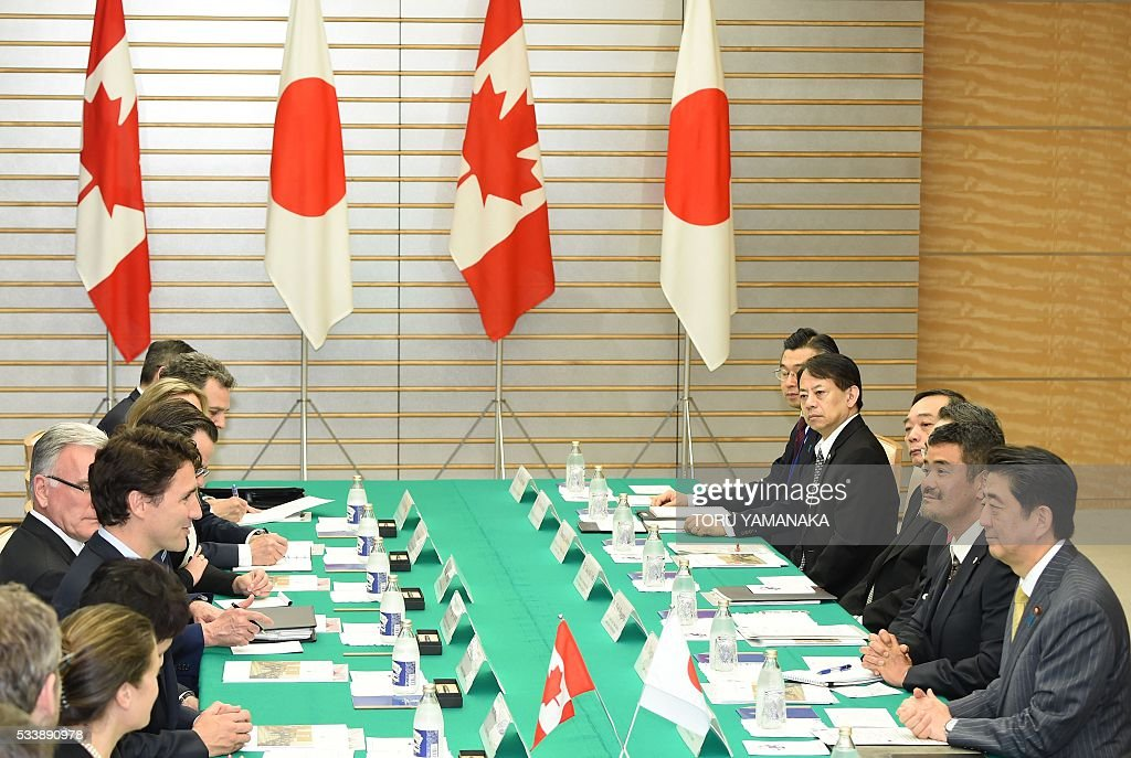 Canadian Prime Minister Justin Trudeau (L) speaks at his Japanese counterpart Shinzo Abe (R) during their talks at Abe's official residence in Tokyo on May 24, 2016. Trudeau is here to attend the summit meeting of the Group of Seven in Ise-Shima, a place seen by many as Japan's spiritual home. / AFP / POOL / TORU