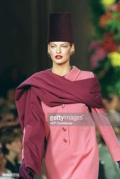 Canadian top model Linda Evangelista presents a woodrose jersey wool shirt dress with burgundy shawl of French designer Yves Saint Laurent 10 July...