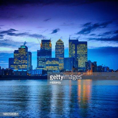 Canary Wharf Finanzzentrum in der Abenddämmerung, London