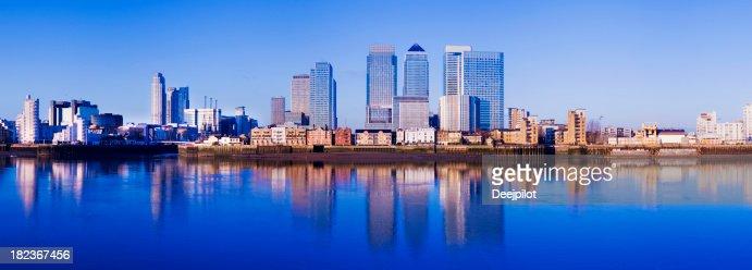 Panoramablick auf die Skyline von Canary Wharf, London, GB