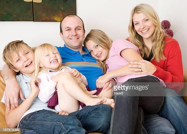 Image saisie sur le vif moment de plaisir en famille se détendre à la maison