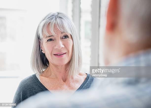 Offene Porträt von leitender Frau mit Haar Grau tauchte