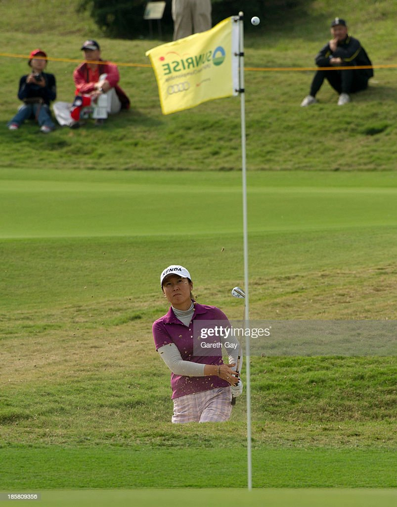 <a gi-track='captionPersonalityLinkClicked' href=/galleries/search?phrase=Candie+Kung&family=editorial&specificpeople=221492 ng-click='$event.stopPropagation()'>Candie Kung</a> of Taiwan chips on to the 18th green during day two of the Sunrise LPGA Taiwan Championship on October 25, 2013 in Taoyuan, Taiwan.