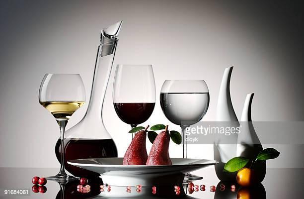 Kandierte Birne in Rotwein mit Brille und decanter