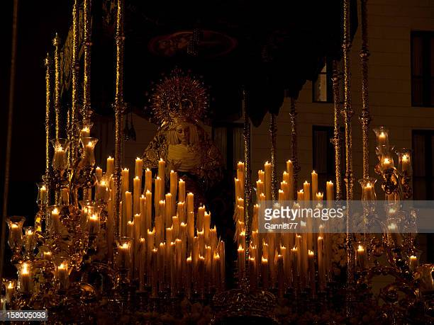 Escultura a la luz de las velas de la virgen maría