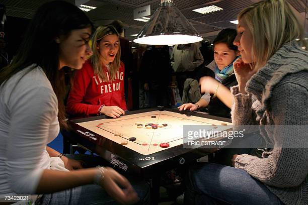 TO GO WITH THE STORY 'PROFESSION AUTEUR DE JEUX DE SOCIETE' Persons play Carrom game 22 February 2007 in Cannes on the French Riviera during the 21st...