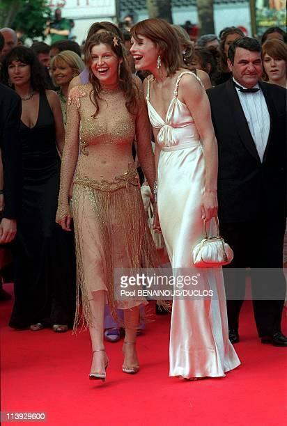 Cannes international film festival stairs of closing ceremony In Cannes France On May 21 2000Milla Jovovitch and Laetitia Casta