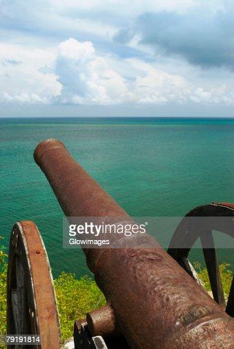 Cannon at the seaside, Morgan Fort, Providencia y Santa Catalina, San Andres y Providencia Department, Colombia : Foto de stock