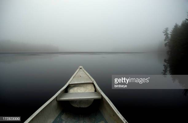 Brume canoë sur le lac