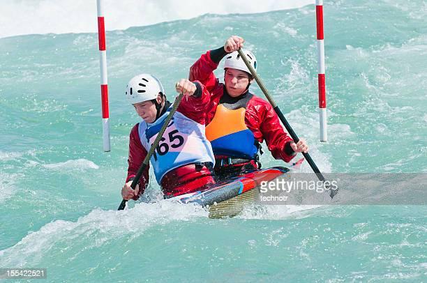 Équipe en canoë en passant le red gate