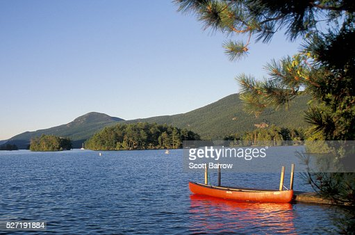 Canoe tied up at a pier on a lake : Stockfoto