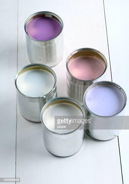 Canettes de rose, de violet, de blanc et de bleu lavande peinture