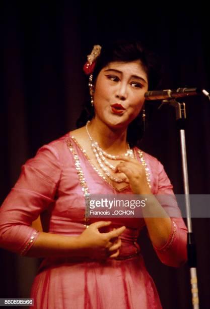 Cantatrice sur scène en décembre 1977 à Canton Chine