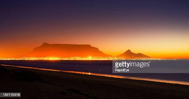 Cidade do Cabo e quadro de montanha, à noite, ablaze com luz
