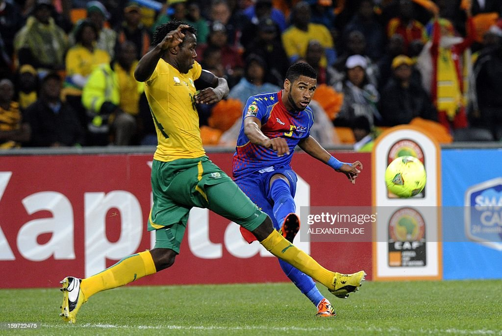 Cape Verde's midfielder Stenio (R) shoots past South Africa's midfielder Oupa Manyisa during a group A football match at the 2013 African Cup of Nations in Soweto on January 19, 2013 at Soccer City. AFP PHOTO / ALEXANDER JOE