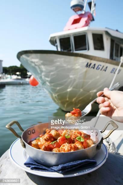 Capesante al pomodoro (scallops with tomatoes, Italy)