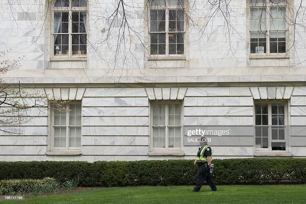 US Capitol Police check the perimiter of the Cannon House Building on Capitol Hill in Washington on April 16, 2013 as security has been placed on a heightened alert following the bombings at the Boston Marathon. AFP PHOTO / Saul LOEB