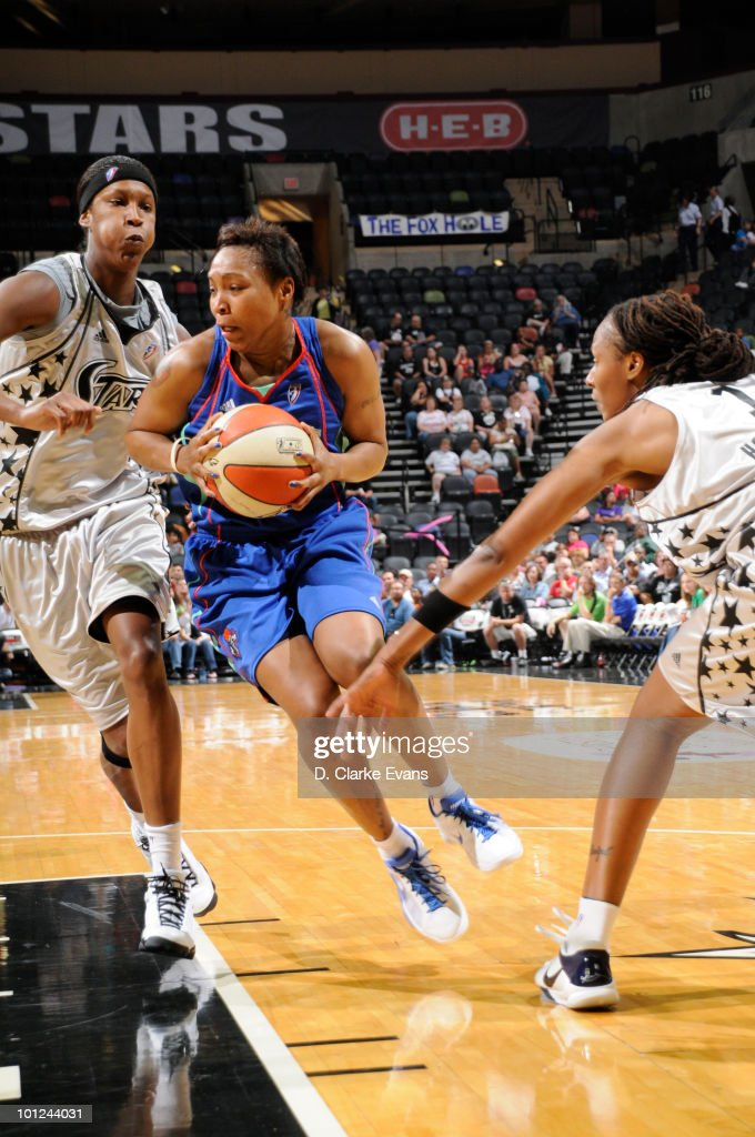 Cappie Pondexter of the New York Liberty drives against Michelle Snow and Chamique Holdsclaw of the San Antonio Silver Stars on May 28 2010 at the...