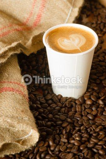Capuccino para llevar una bolsa de arpillera papel taza de for Cafe para llevar