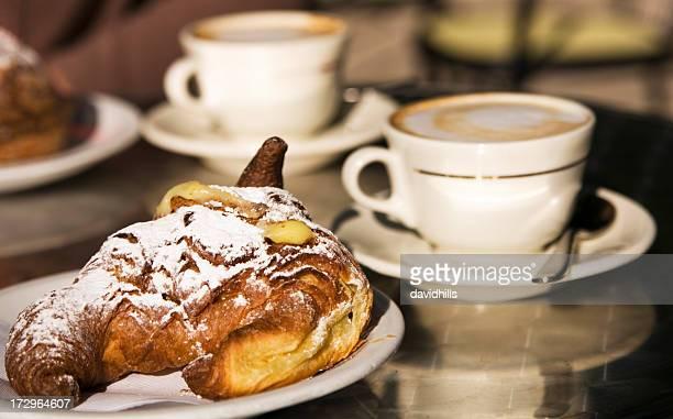 Cappuccinos et un croissant.