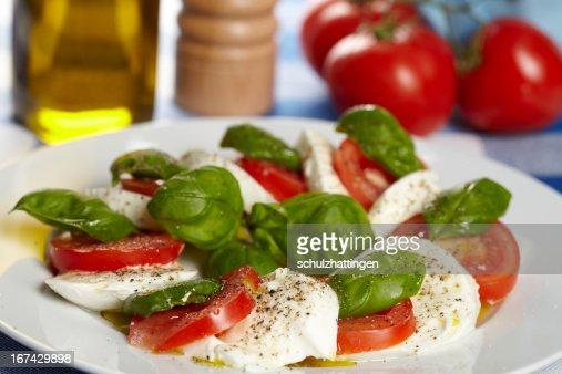 Caprese - Mozzarella, Tomaten und Basilikum : Stock Photo