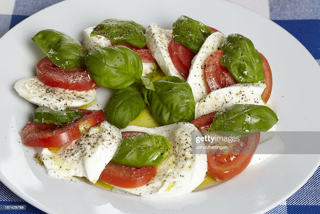 Caprese - Mozzarella, Tomaten und Basilikum : Stock Photo