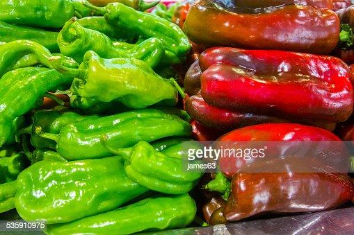 Capsicum frescos pimientos verdes y rojos de flores : Foto de stock