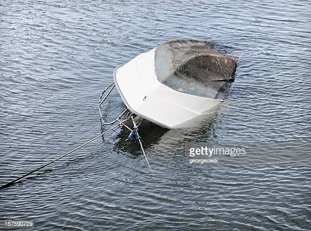 Capsized barco se hundiera