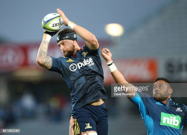 Captain Elliot Dixon of the Highlanders beats Patrick Tuipulotu of the Blues to the ball during the round three Super Rugby match between the Blues...