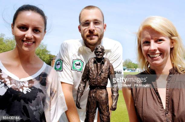 Captain of the New Zealand Cricket team Dan Vettori with Leigh Park and Laurette Cummins who are the great great nieces of Sir Keith Park the hero of...
