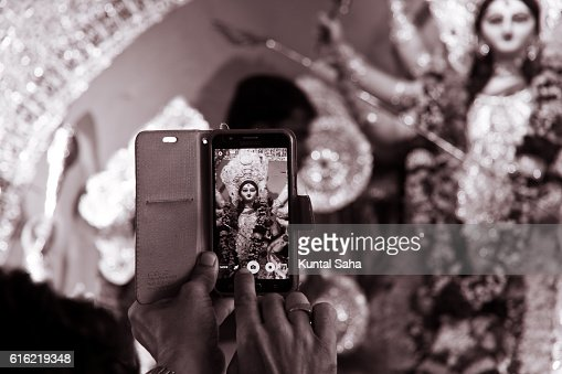 Capturing goddess durga in mobile : Stock-Foto