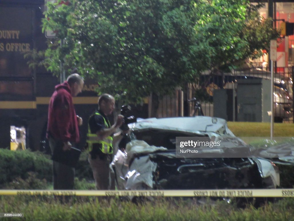 fotos e imagens de 2 dead in crash outside shopping mall in