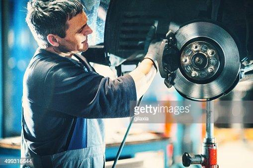 車のブレーキシステムの修理。